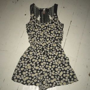 Cute daisy romper, used but in good condition